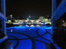 Nádherně osvětlený bazén v noci
