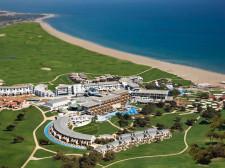 Letecký pohled na hotelový komplex s golfovým hřištěm